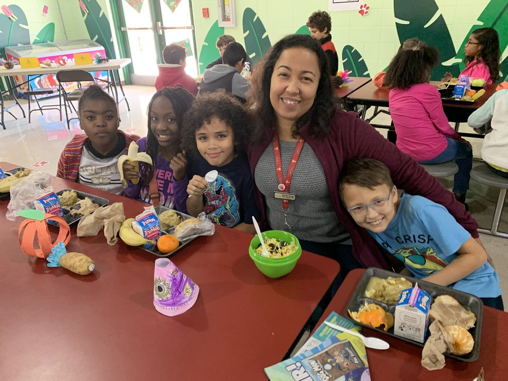 Ruskin Elementary School Students and Families Enjoy Thanksgiving Dinner